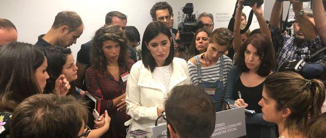 La exministra de Sanidad, Carmen Montón, dando explicaciones a los medios de comunicación días antes de dimitir.