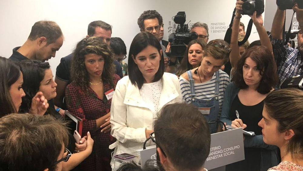 La exministra de Sanidad, Carmen Montón, dando explicaciones a los medios de comunicación días antes de dimitir por el máster que cursó en la URJC.