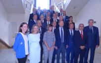 Senadores y miembros de la junta directiva de ASEDEF posan con la mesa presidencial del Senado que encabeza Pío García-Escudero