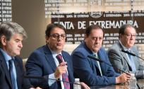 (De izq. a der.) El gerente del SES, Ceciliano Franco; el consejero de Sanidad y Políticas Sociales, Jose María Vergeles y los presidentes de los colegios oficiales de farmacéuticos de Cáceres, Pedro Claros, y Badajoz, Cecilio Benegas.