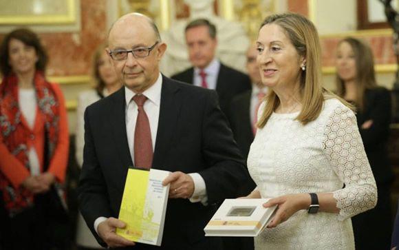 El minsitro de Hacienda, Cristóbal Montoro (izquierda) y la presidente del Congreso de los Diputados, Ana Pastor (derecha), durante la presentación de los Presupuestos Generales del Estado de 2017.