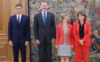 El presidente del Gobierno, Pedro Sánchez, junto al rey Felipe VI, María Luisa Carcedo (Sanidad) y Dolores Delgado (Justicia).
