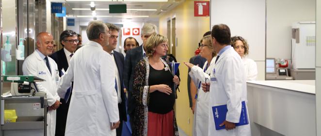 La consejera de Salud, Alba Verges, acompañada por el director del CatSalut, Adrià Comella y el gerente del ICS, Josep Maria Argimon, además de la Dirección del Hospital.