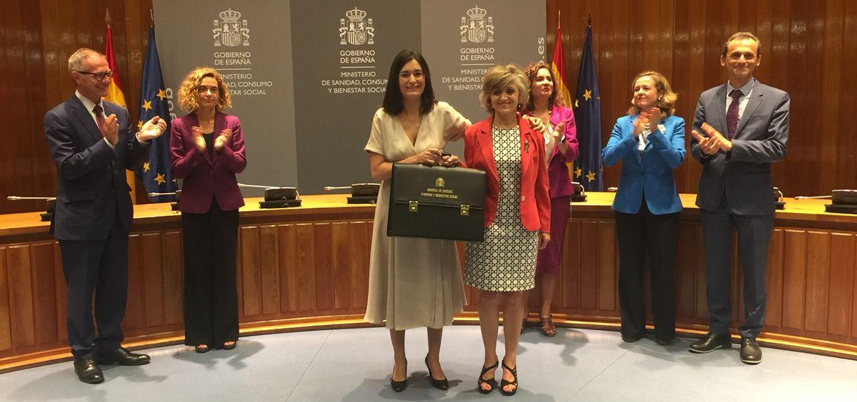 María Luisa Carcedo recibe la cartera como nueva ministra de Sanidad de manos de su predecesora Carmen Montón.