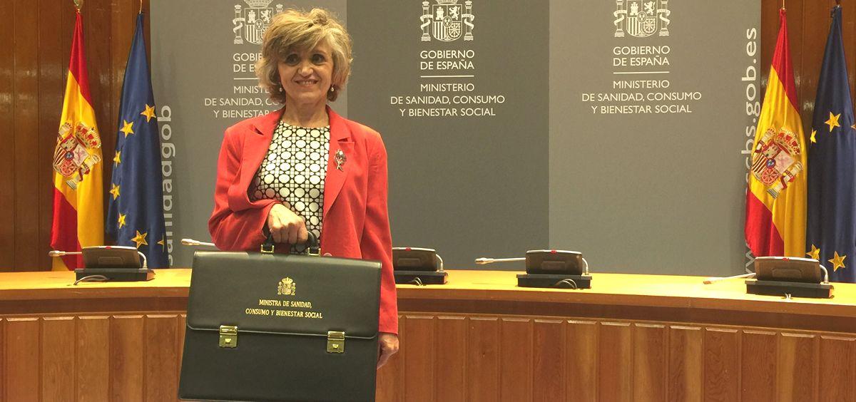María Luisa Carcedo, con la cartera de Sanidad tras tomar posesión de su nuevo cargo.