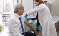 El consejero de Sanidad, Enrique Ruiz-Escudero, durante una campaña de vacunación de cargos públicos.
