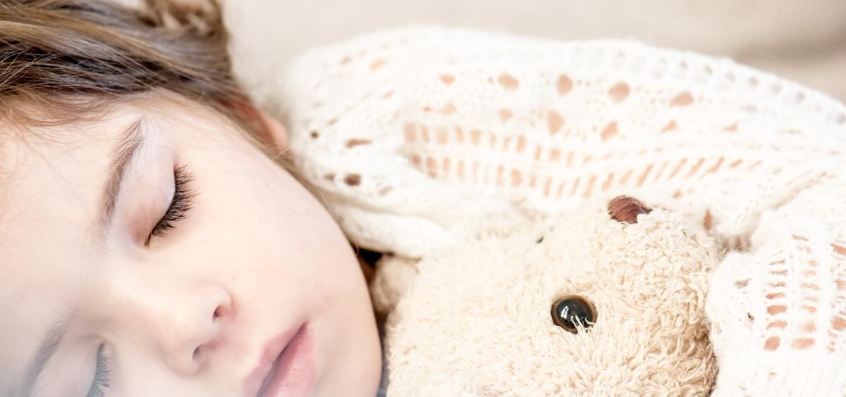 La apnea del sueño en la infancia es un trastorno respiratorio del sueño que se caracteriza por una obstrucción parcial o completa intermitente de la vía aérea superior que interrumpe el sueño y sus patrones normales.