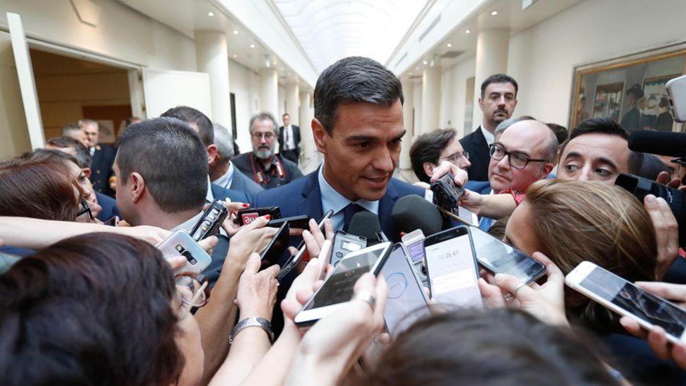 El presidente del Gobierno, Pedro Sánchez, respondiendo a los medios de comunicación en el Senado.