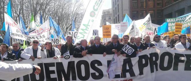 Cabecera de la manifestación de médicos celebrada el pasado 21 de marzo, a su paso por el Ministerio de Sanidad | Imagen: Juanjo Carrillo Córdoba - ConSalud.es