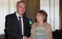 La ministra de Sanidad, Consumo y Bienestar Social, María Luisa Carcedo, con el ministro de Salud de Andorra, Carles Álvarez Marfany.