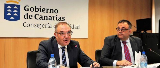 El consejero de Sanidad de Canarias, José Manuel Baltar, junto al director del Servicio Canario de la Salud, Conrado Domínguez