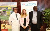 La directora general de Humanización de la Consejería de Sanidad de la Comunidad de Madird, Ana Dávila y el gerente del Hospital de Fuenlabrada, Carlos Mur, junto a un representante del Hospital Saint Joseph.