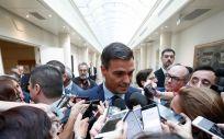 El presidente del Gobierno, Pedro Sánchez, realizando declaraciones a los periodistas en los pasillos del Senado en la última sesión de control al Ejecutivo. Pool Moncloa / Fernando Calvo