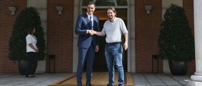 Pedro Sánchez, presidente del Gobierno, recibe a Pablo Iglesias en La Moncloa.