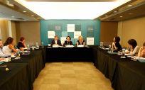 Los doctores Vera, Rodríguez-Lescure y González Flores, durante la conferencia de prensa.