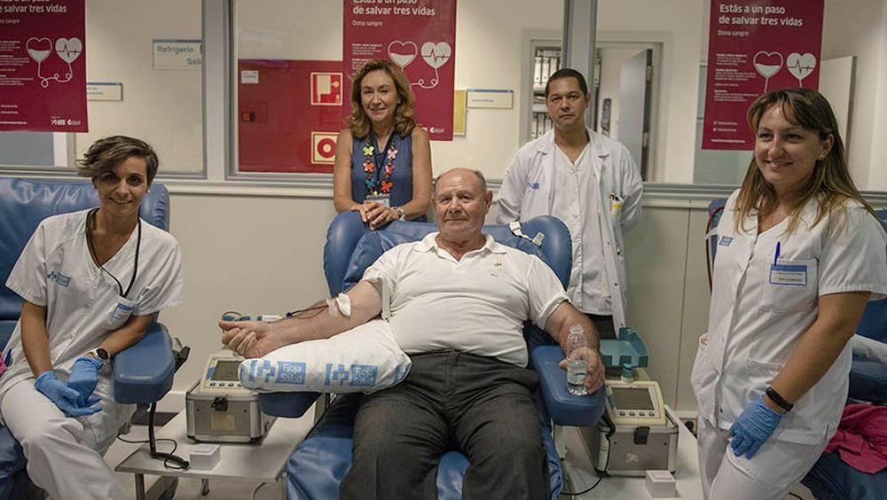 Jesús Fernández-Velilla, el mayor donante de sangre de La Rioja, en el centro de la imagen durante su última donación