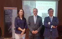 De izq. a dcha.: Tania Furtado, Antonio Alemany y Juan del Llano durante la presentación del libro 'VIH en España 2017: políticas para una nueva gestión de la cronicidad, más allá del control virológico'