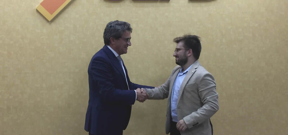El presidente la Sociedad Española de Patología Digestiva (SEPD), Javier Crespo García y el vicepresidente de asuntos externos del Consejo Estatal de Estudiantes de Medicina (CEEM), Daniel Sánchez.