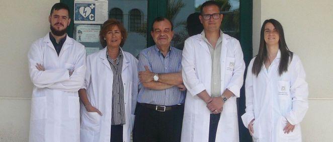 José Martín Nieto, director del grupo de investigación de 'Genética Humana y de Mamíferos' del Departamento de Fisiología, Genética y Microbiología de la UA, en el centro de la imagen, con su equipo