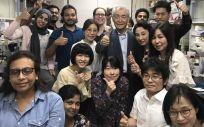 Tasuku Honjo, rodeado de su equipo de la Universidad de Kioto, inmediatamente después de conocer la noticia de que había sido galardonado con el Nobel de Medicina 2018
