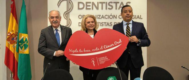 De izquierda a derecha: Juan Seoane Lestón, Mayra Gómez Kemp y Óscar Castro Reino, en la presentación de la cuarta Campaña para el Diagnóstico Precoz del Cáncer Oral