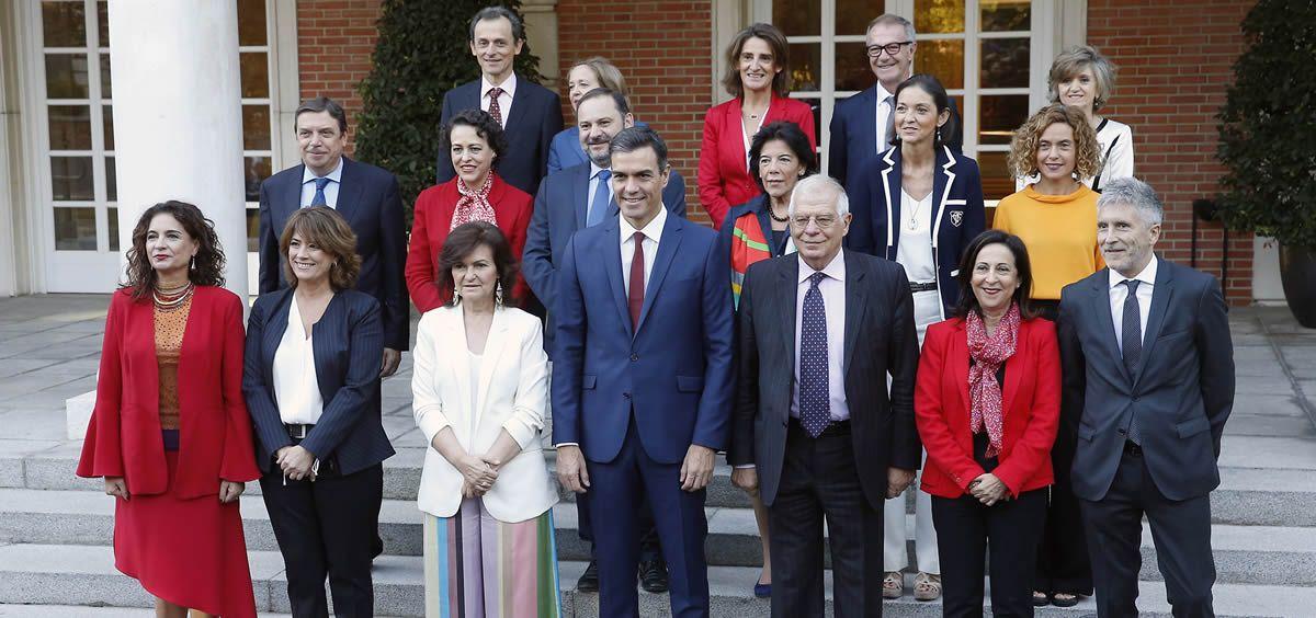 Foto de familia del presidente del Gobierno, Pedro Sánchez, con las ministras y ministros de su Gabinete. Pool Moncloa/J.M. Cuadrado