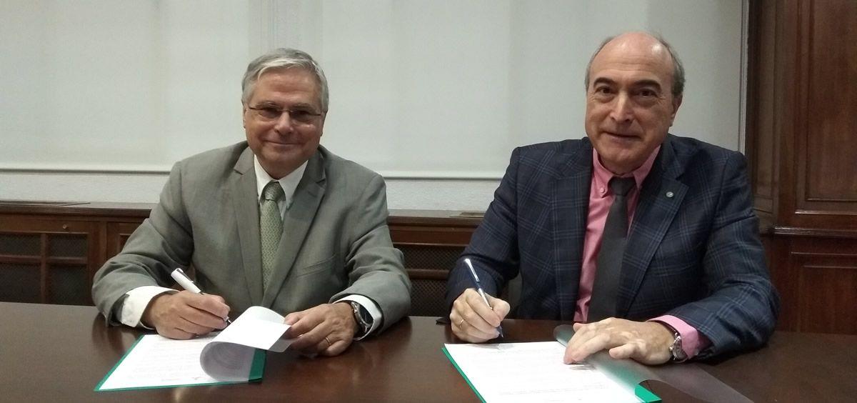 De izq. a dcha.: Fernando Carballo, presidente Facme y Nazario Martín, presidente de Cosce durante la firma del convenio.
