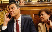 El presidente del Gobierno, Pedro Sánchez, junto a la vicepresidenta, Carmen Calvo, en el pleno del Congreso.