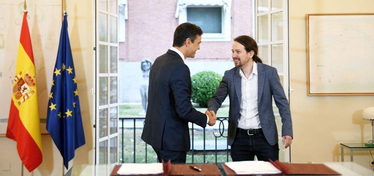 El presidente del Gobierno, Pedro Sánchez, y el secretario general de Podemos, Pablo Iglesias, firmando el acuerdo de PGE 2019.