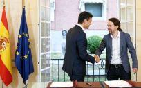 El presidente del Gobierno, Pedro Sánchez, y el secretario general de Podemos, Pablo Iglesias, firman el acuerdo de PGE 2019.