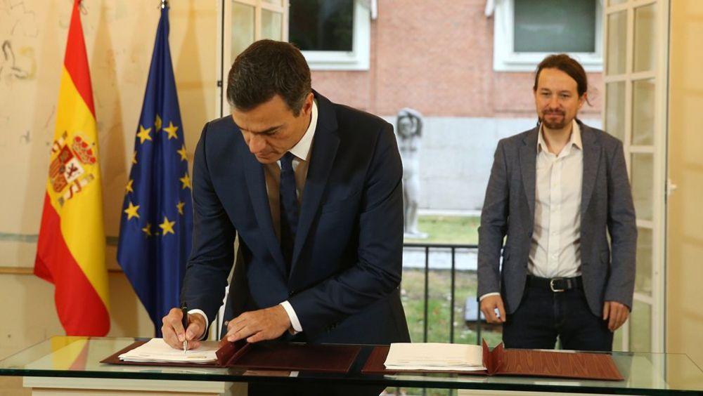 El presidente del Gobierno, Pedro Sánchez, firmando el acuerdo de PGE de 2019 junto a Pablo Iglesias, secretario general de Podemos.