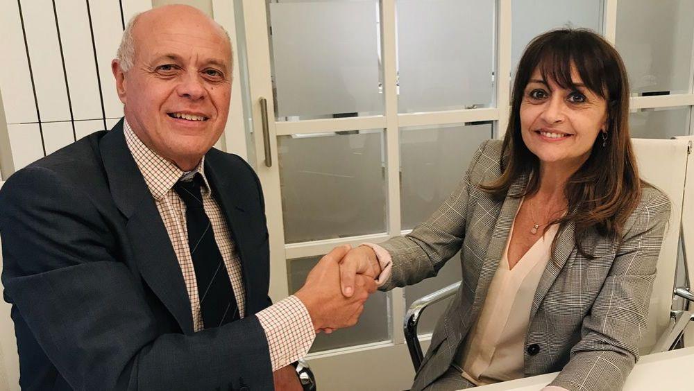 José María Jover y María Cruz Martín en la firma del acuerdo