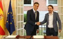 Pedro Sánchez y Pablo Iglesias, tras firmar en el Palacio de la Moncloa el acuerdo de PGE para el 2019.