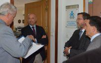 Los miembros de la Junta de Edad y del Consejo General de Enfermería, a las puertas del Colegio de Enfermería de Murcia