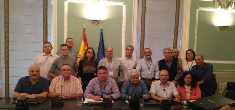 Representantes sindicales durante el encierro en el salón imperial del Ministerio de Interior.