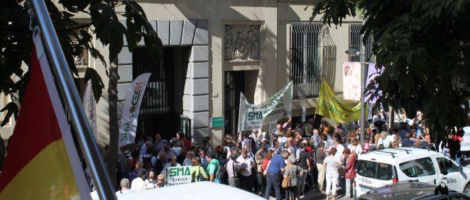 Unas 400 personas han acudido a la concentración convocada por el Sindicato Médico de Málaga