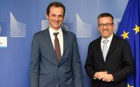 El ministro de Ciencia, Innovación y Universidades, Pedro Duque junto al comisario de Investigación, Ciencia e Innovación de la UE, Carlos Moeda.