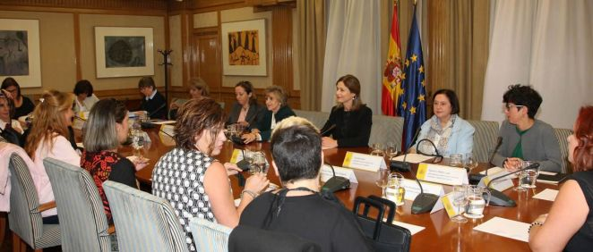 La ministra de Sanidad, Consumo y Bienestar Social, María Luisa Carcedo, durante su encuentro con las representantes de las  las principales asociaciones de afectadas por el dispositivo anticonceptivo Essure.