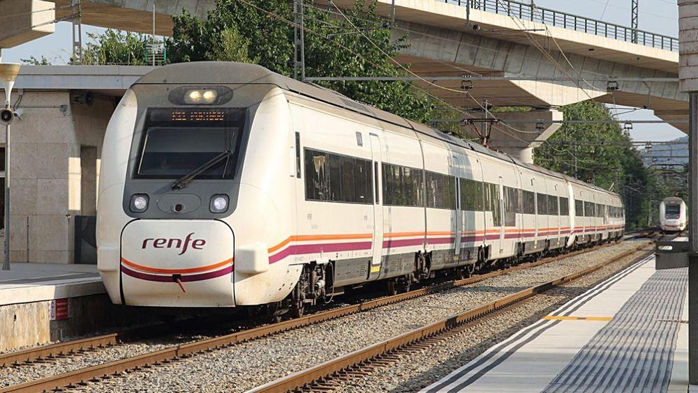 Imagen de un tren de media distancia de Renfe.