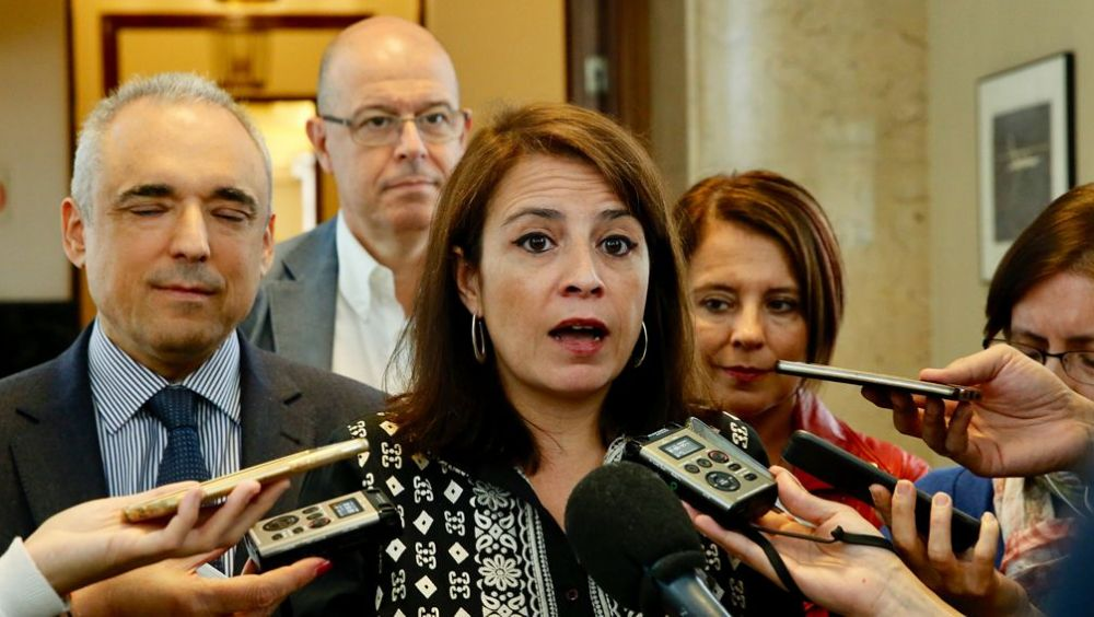 Adriana Lastra, portavoz del PSOE en el Congreso, explicando la propuesta socialista.
