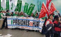 Funcionarios de prisiones concentrados en la Plaza de España de Sevilla.