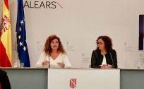 Las consejeras de Presidencia y de Hacienda del Gobierno balear, Pilar Costa y Catalina Cladera, presentando el proyecto de presupuestos.