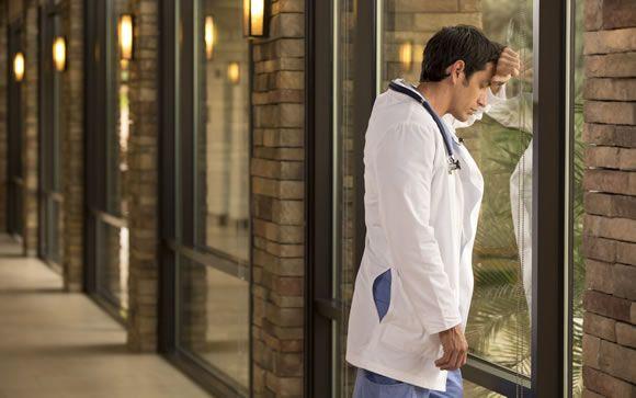 """Más allá del estrés mental: El médico pierde casi un """"kilo"""" de peso en cada guardia"""
