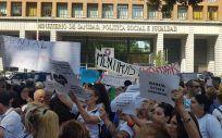 Afectados de iDental en una protesta en las puertas del Ministerio de Sanidad.