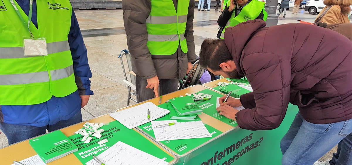 Recogida de firmas por parte del equipo de Satse en Madrid