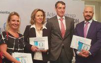 Juan Antonio Álvaro de la Parra y la doctora Sánchez Menan, en el centro, junto a Barba y Rodríguez, con sus respectivas acreditaciones QH