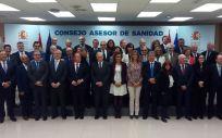 Dolors Montserrat, en el centro de la imagen, junto a los miembros del Consejo Asesor de Sanidad