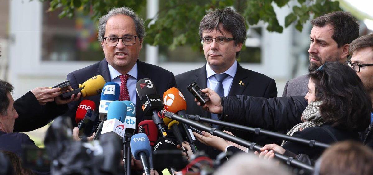 Quim Torra, presidente de la Generalitat de Cataluña, junto al ex president, Carles Puigdemont, y al ex consejero de Salud, Toni Comín.
