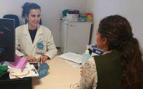 Mª Ángeles Campos, farmacéutica del Servicio de Farmacia del Hospital Universitario del Henares, en consulta durante el Día de la Adherencia