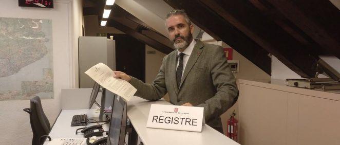 Jorge Soler, diputado de Ciudadanos, con el documento que ha presentado sobre la no asistencia del gobierno catalán en el interterritorial